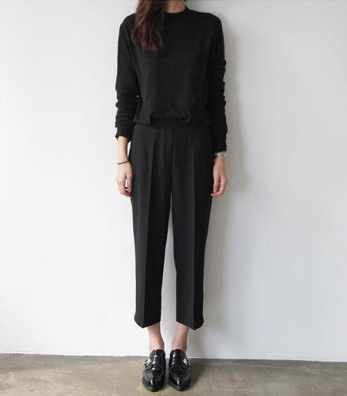 Zwarte cropped pantalon met zwarte trui en brogues | Kerstoutfits met items die je al hebt | Good For