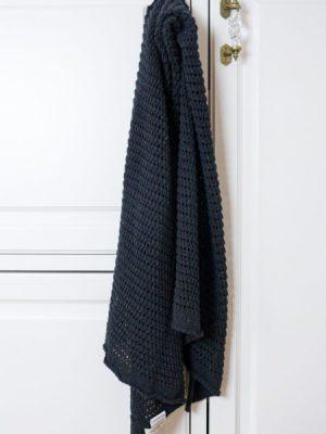 Zwarte sjaal van gerecycled denim van Wolf & Storm | Duurzame december cadeaus | Good For