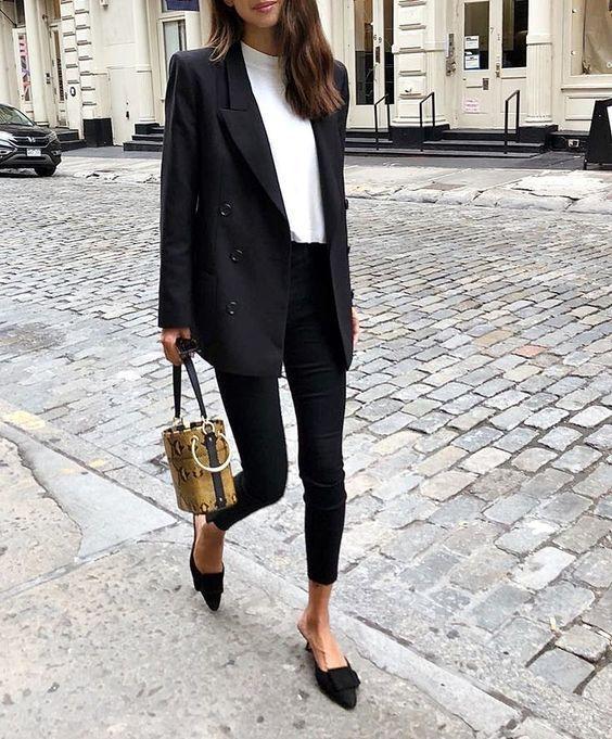 Zwarte lange blazer met witte coltrui en zwarte skinny jeans | Kerstoutfits met items die je al hebt | Good For