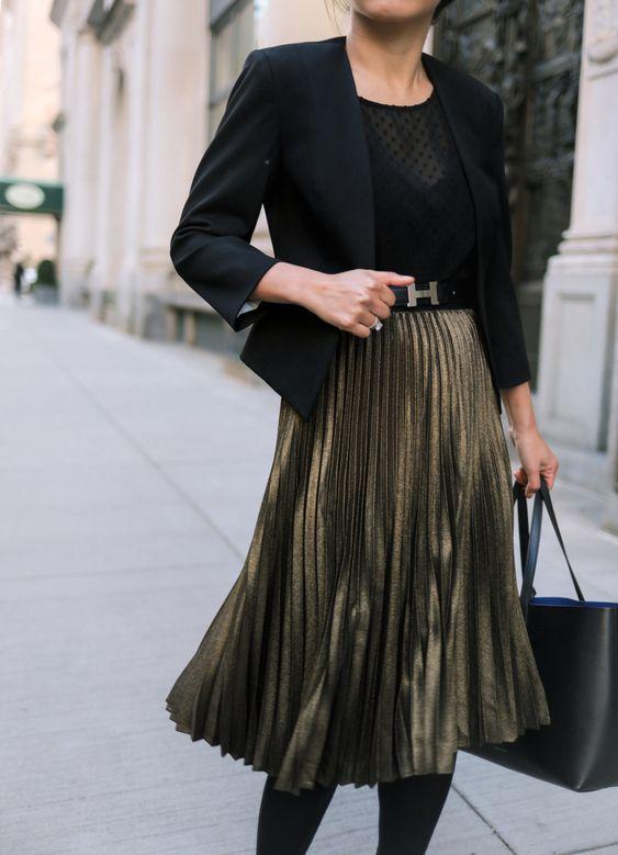 Zwarte blazer met zwarte top en metallic plooirok | Kerstoutfits met items die je al hebt | Good For
