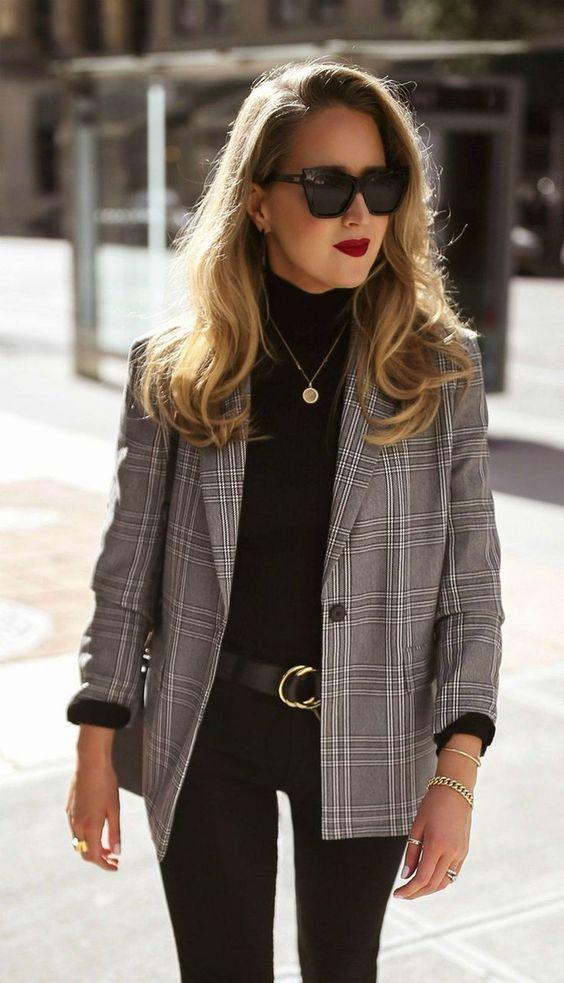 Geruite blazer met zwarte coltrui en zwarte jeans | Kerstoutfits met items die je al hebt | Good For