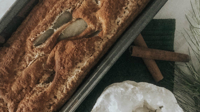 RECEPT: Vegan bananenbrood met peer, kaneel en rozijnen